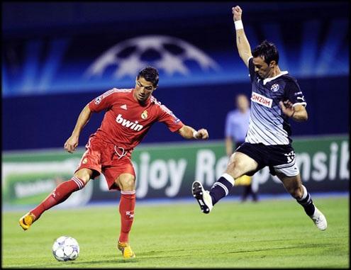 Real Madrid's Christiano Ronaldo (L) vie