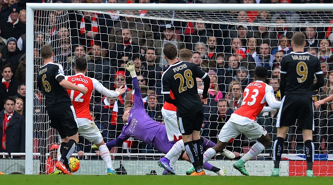 Arsenal's English striker Danny Welbeck (2R) scores his team's second goal during the English Premier League football match between Arsenal and Leicester at the Emirates Stadium in London on February 14, 2016. / AFP / GLYN KIRK / RESTRICTED TO EDITORIAL USE. No use with unauthorized audio, video, data, fixture lists, club/league logos or 'live' services. Online in-match use limited to 75 images, no video emulation. No use in betting, games or single club/league/player publications. / (Photo credit should read GLYN KIRK/AFP/Getty Images)